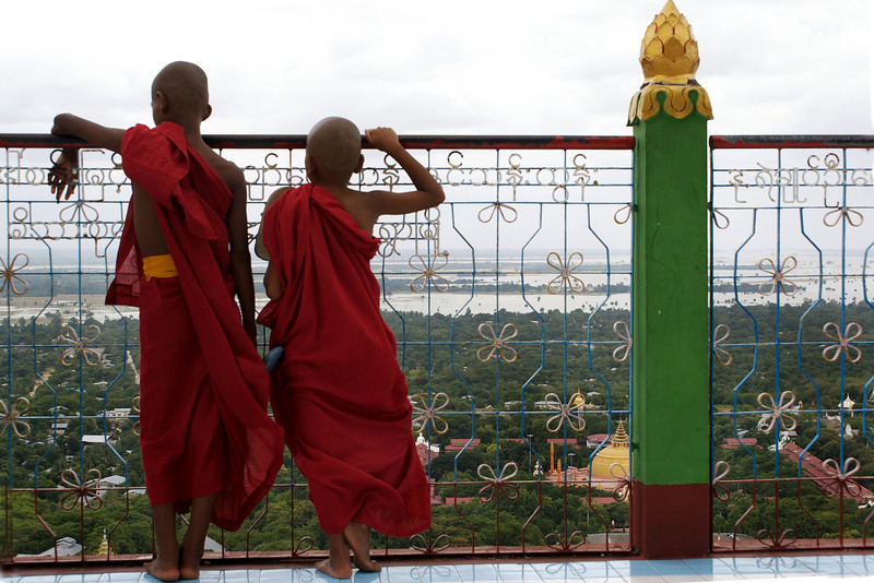 SAIGANG. TWO NOVICES AT SAGAING HILL. MANDALAY DIVISION. BURMA. MYANMAR.