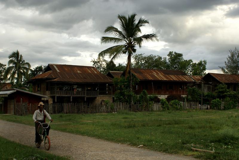 NYAUNGSCHWE. INLE LAKE. VILLAGE | BURMESE HOUSES. EASTERN MYANMAR. BURMA.