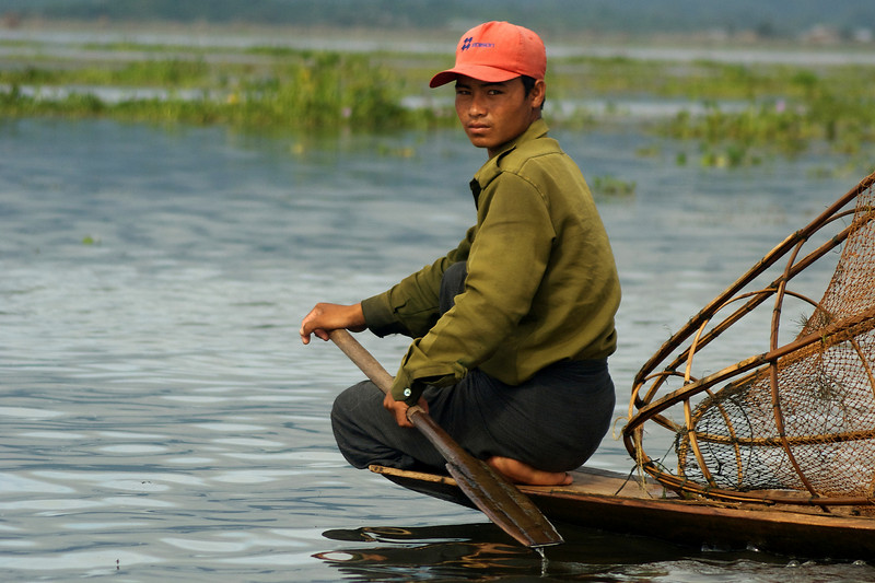 INLE LAKE. FISHER MAN ROWING HIS BOAT. SHAN DISCTRICT. BURMA. MYANMAR.[4]
