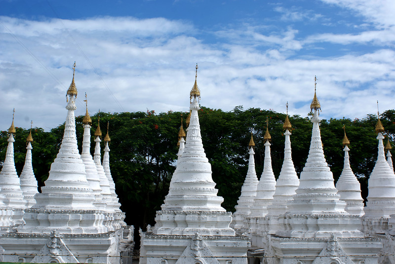MANDALAY. SANDAMUNI PAYA. WHITE STUPAS AROUND THE MAIN PAYA. BURMA. MYANMAR.