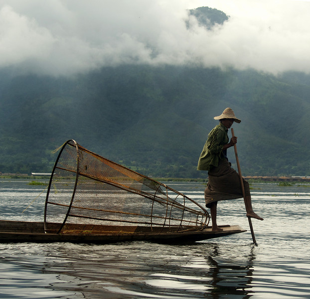 INLE LAKE. FISHER MAN ROWING HIS BOAT. SHAN DISCTRICT. BURMA. MYANMAR. [3]