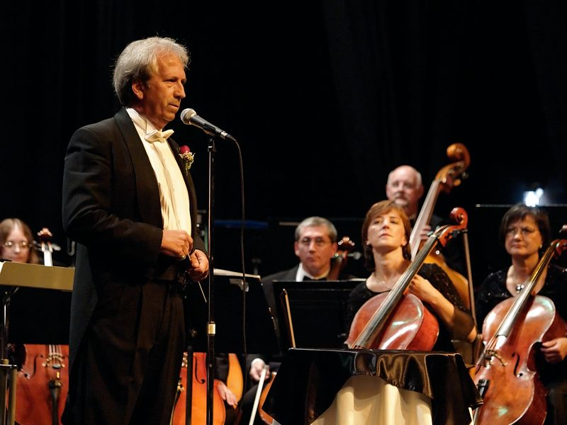 Maestro Summers introduces the two guest artists.
