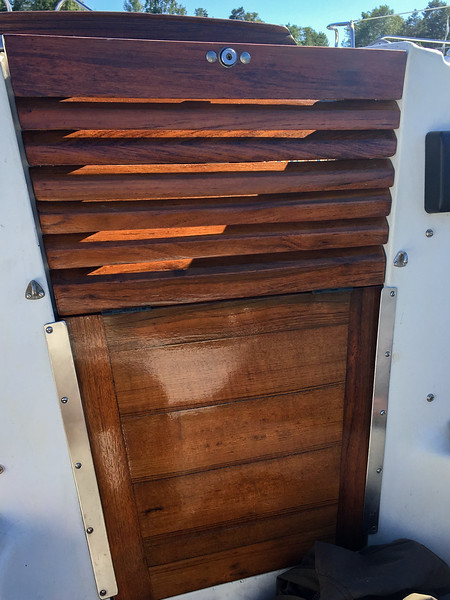 Veneen puuosien kunnostus. Ovi paikoillaan.