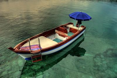 Boot mit Sonnenschirm