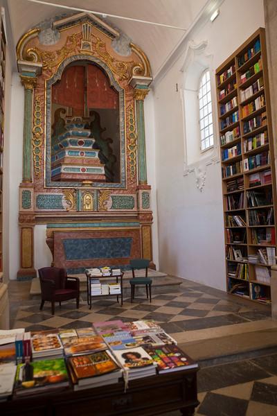 OBIDOS. BOOKSHOP INSIDE AN OLD CHURCH. [3]