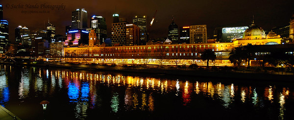 Panoramic night scene at Yarra River near Federation Square. Shot from Princess Bridge. Melbourne grew from the banks of the Yarra and even today the focus for the city is still very much on a one-kilometre section of the river. Within that one kilometre are some of the great sights and attractions of Melbourne.  See large size:   http://photos.suchit.in/photos/311127682_t8bi6-O.jpg