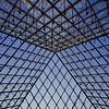 À l'intérieur de la pyramide en verre