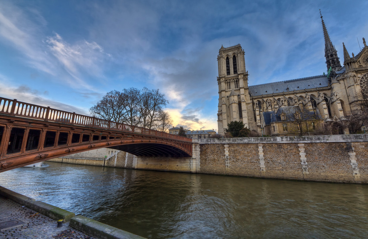 Bridge to Notre Dame Photo by Roman Betik from the blog http://www.StillGlimmers.com/