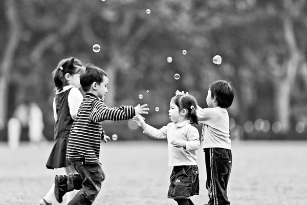 21) 	Girl Bubbles 2 BW
