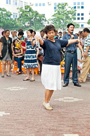 33) Women Dancing 1