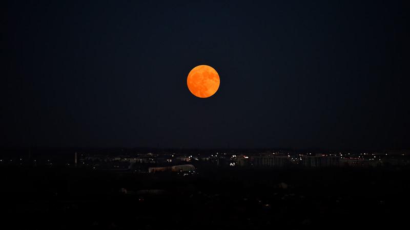 Rising Moon / Canada