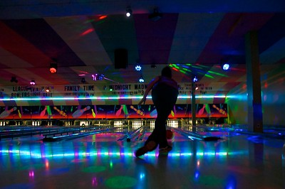Day 013 -WE found ourselves bowling this evening with Hagens in the the unfamiliar borough of Brooklyn.  It started out normal and then the disco music, lights, and lasers started up and things got crazy.  As shown, Jackie has great form and looks like she knows what she is doing.  Sadly she did not.