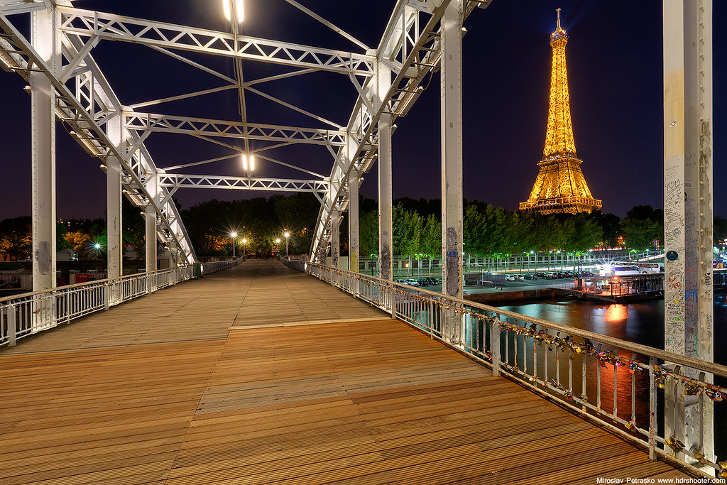Crossing the Passerelle Debilly