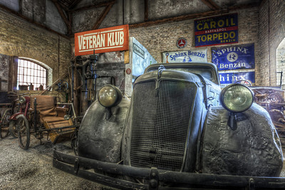 Veteran Club I haven't done a double tone-mapped HDR in a long time and this photo gave me the opportunity. I went for a little more grunge look, with a lot of detail and de-saturated colors.