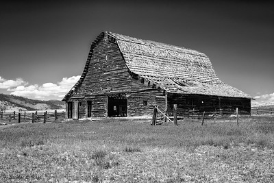 Abandoned Barn - B&W_2
