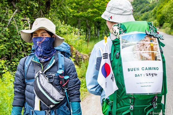 Two young hikers from Korea on the trail from Trabadelo to Las Herrerías.