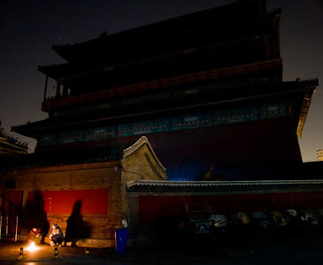 Beijing residents make offerings to dead relative during the Qingming holiday