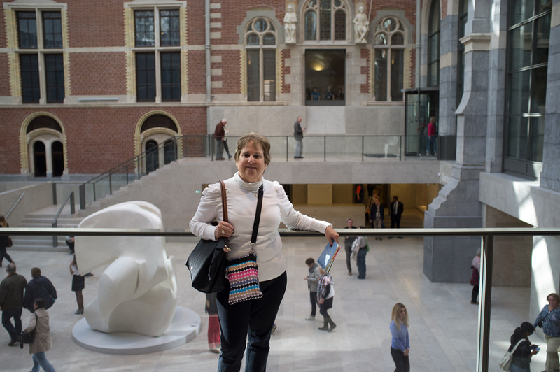 Henriette in front of the Rijksmuseum and a Henry Moore sculpture.