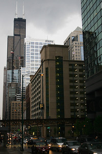 Very heavy rainfall in Chicago. The Willis Tower (Sears Tower) is 442,14 meters tall (527 meters including the antennas) and can be seen in the background. Strategically located at the hub of Chicago's affluent financial district, Willis Tower is easy to reach - for commuters and for customers. It is accessible by both major commuter rail stations, three major highways, and all forms of public transportation, including 24 CTA bus routes, and the elevated transit system. The building has 110 floors. This skyscraper reached its ultimate height on May 3rd, 1973 (at that time, the tallest building on earth). In 1998, the Petronas Towers became number one. Two very fast elevators (9,15 m/s) can take visitors to the 103rd floor, where they can admire the fantastic view over Chicago (is the weather is fine).