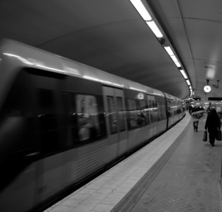 En svartvit bild från tunnelbanan i Stockholm.