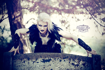 Model: Nina MorgainelaChatte Photo: Crescentia Moon Photography Corset und Feathercollar: Morgaine La Chatte / Nina Swan Gloves: The Imaginarium Apparel / Rachael Forbes