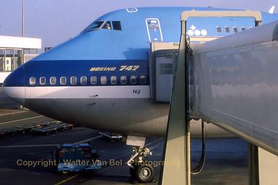 KLM_B747-206B_PH-BUD_20398-152_nose-at-gate_EHAM_Feb1989_scan20_WVB_1200px