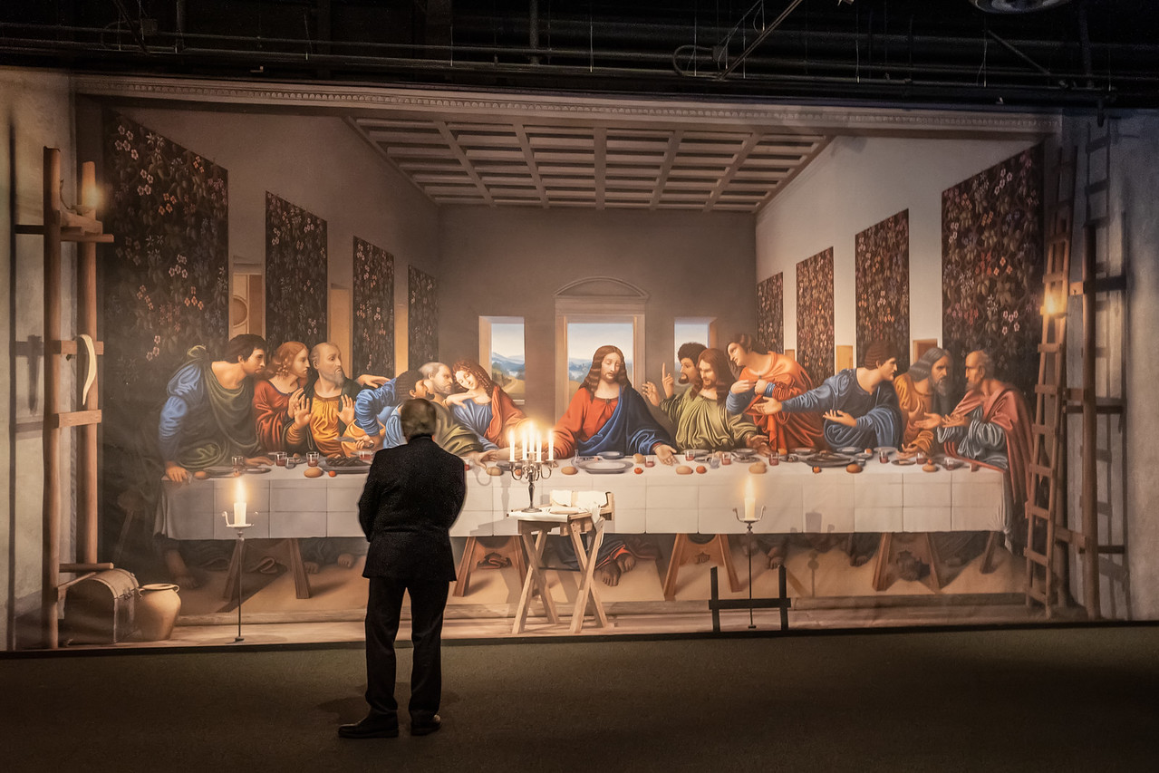 A visitor in front of the reproduction of da Vinci's Last Supper