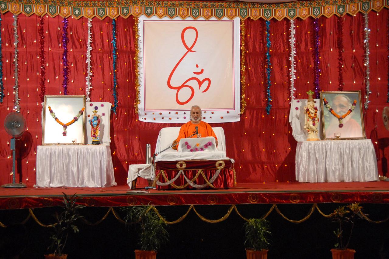 Satsang and Gita Gyan in Mumbai (Bombay) by Swami Ishwaranandaji of Chinmaya Mission who is presently the acharya in Los Angeles, USA.