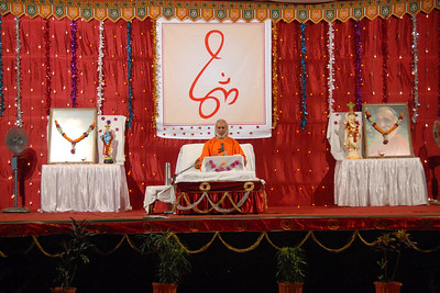 Satsang and Gita Gyan in Mumbai (Bombay) by Swami Ishwaranandaji of Chinmaya Mission who is presently the acharya in Los Angeles, USA.