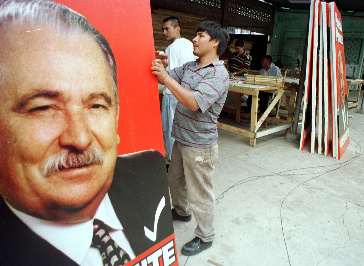 A campaign workers counts political posters of Liberal party presidental candidate Pineda Ponce September 26, 2001 in Tegucigalpa Honduras. Ponce will be going up against National party candidate Ricardo Maduro in the November 25th election. REUTERS,/ Adam Bernstein
