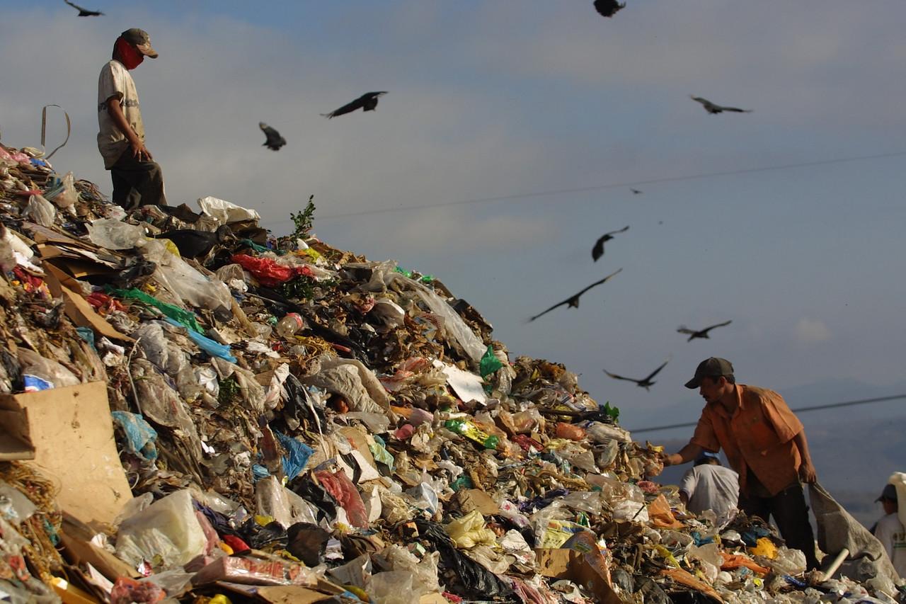 Trash Scavengers in Honduras 2002. REUTERS/ Adam Bernstein.