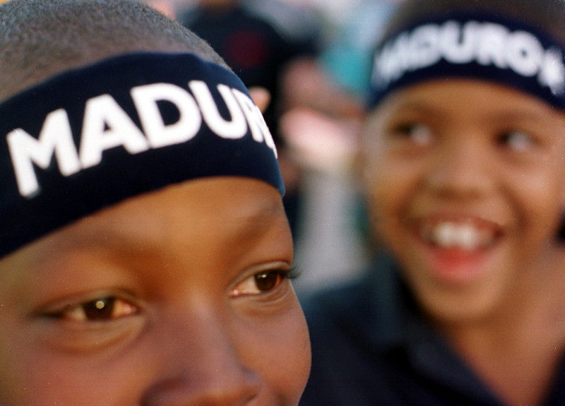 "Two young boys wear ""Maduro"" headbands at the National Party's campaign closing November 19, 2001 in Tegucigalpa, Honduras. On Sunday, November 25 Hondurans will go to polls to elect a new president.  REUTERS/Adam Bernstein"