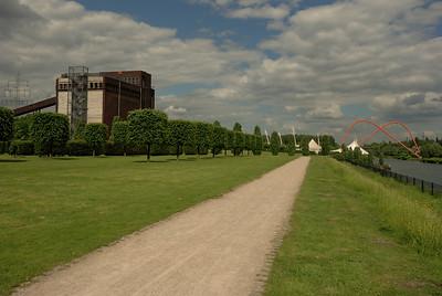 Nordsternpark in Gelsenkirchen mit Doppelbogenbrücke über den Rhein-Herne-Kanal