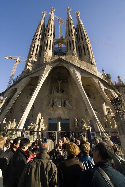 BARCELONA. SPAIN. CROWDS IN FRONT OF THE SAGRADA FAMILIA.