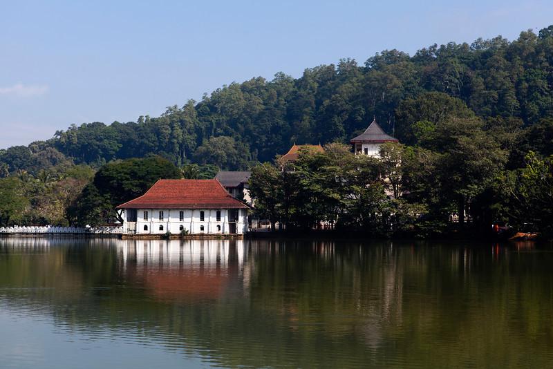 KANDY. KANDY LAKE. TEMPLE OF THE SACRED TOOTH RELIC. SRI DALADA MALIGAWA. CENTRAL SRI LANKA.