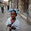 Chica con rubanes azules
