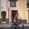 Mirada de perro y motociclista