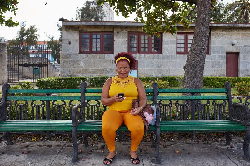 Mujer de amarillo