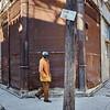 Hombre en una calle vacía