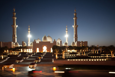 General view of Sheikh Zayed mosque in Abu Dhabi. United Arab Emirates. Photo by Walter Shintani
