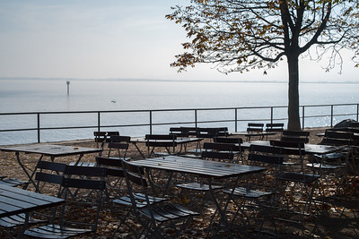 Biergarten am Hafen im Herbst, Lindau, Schwaben, Bayern, Deutschland