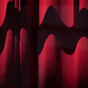 L'Ombre qui Ondule sur le Rideau Rouge