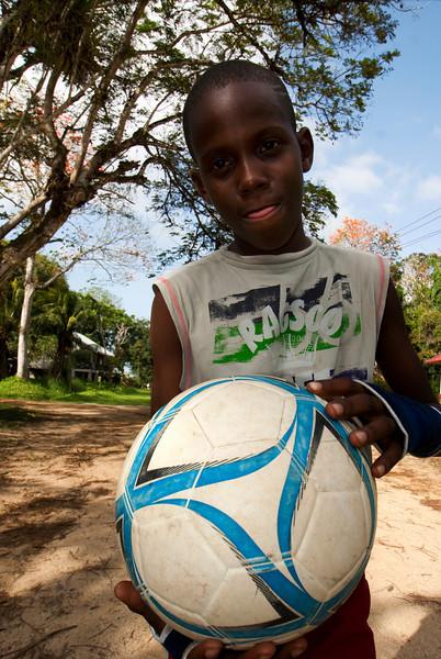 FORT NIEUW-AMSTERDAM. SURINAM BOY WITH HIS FOOTBALL.