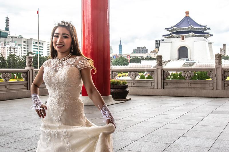 Taipei. A Taiwanese bride at the National Chiang Kai-shek Memorial Hall