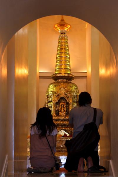 PRAYING. GOLDEN MOUNTAIN. BANGKOK.
