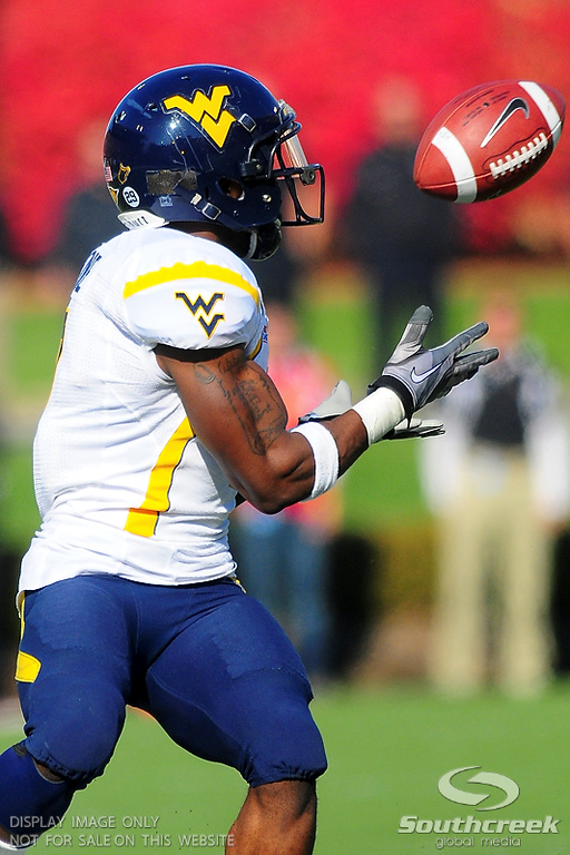 West Virginia Mountaineers running back Noel Devine (7) makes a 48 yard reception to set up West Virginia Mountaineers second touch down .  West Virginia Mountaineers leads Louisville Cardinals 14 -10 at the half PaPa Johns Cardinal Stadium Louisville, Kentucky.