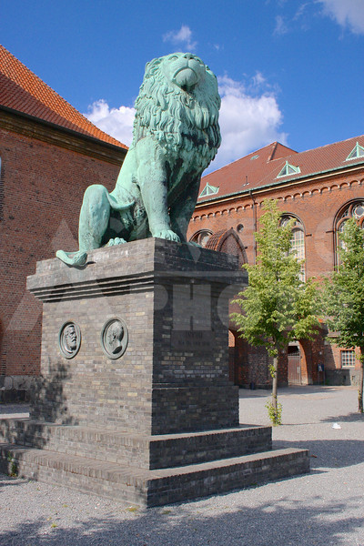 Copenhagen 20090721 029 Black Diamond - Lion Statue M