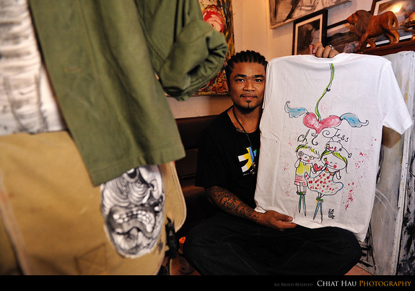 We got a T-shirt drawn by Peach and color it on the spot by Peach's assistant