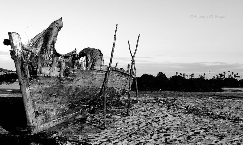 Maua Beach: beached hull
