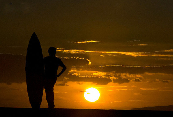 17 Aug 2007, Kailua, Oahu, Hawaii, USA --- Steve Boco of Kailua, Hawaii, looks out over the pacific ocean at sunset at Ala Moana Beach Park in Honolulu, Hawaii, August 17, 2007. REUTERS/Lucy Pemoni   (UNITED STATES) --- Image by © LUCY PEMONI/Reuters/Corbis